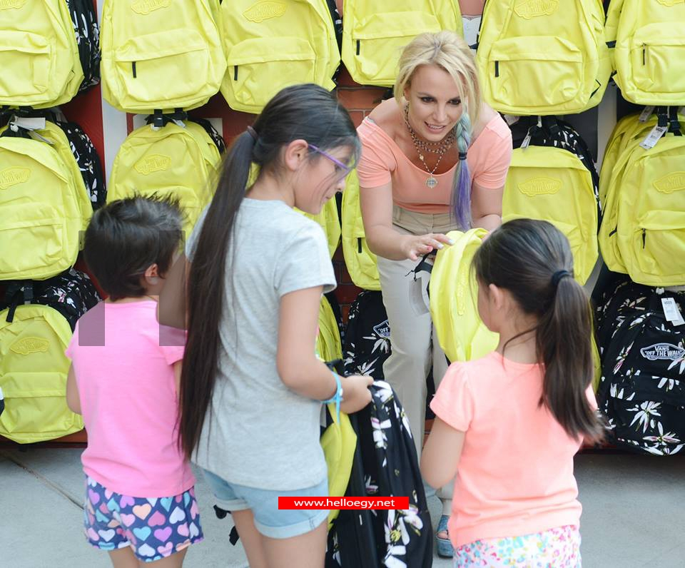 Britney Spears gives children Backpacks
